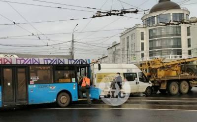 В Туле столкнулись автобус, маршрутка и автобуровая установка